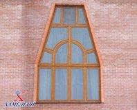 треугольные окна в здании