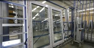 готовые пластиковые окна транспортируются на склад
